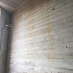 Te behandelen betonwand met plankensturctuur