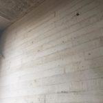 Behandelde betonwand met plankenstructuur - esthetische betonherstelling