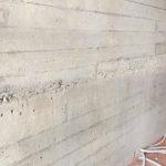 Weg te werken grindnesten in een betonwand met plankenstructuur - esthetische betonherstelling
