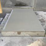 Fase I van het bij te werken bordes van een prefab betontrap