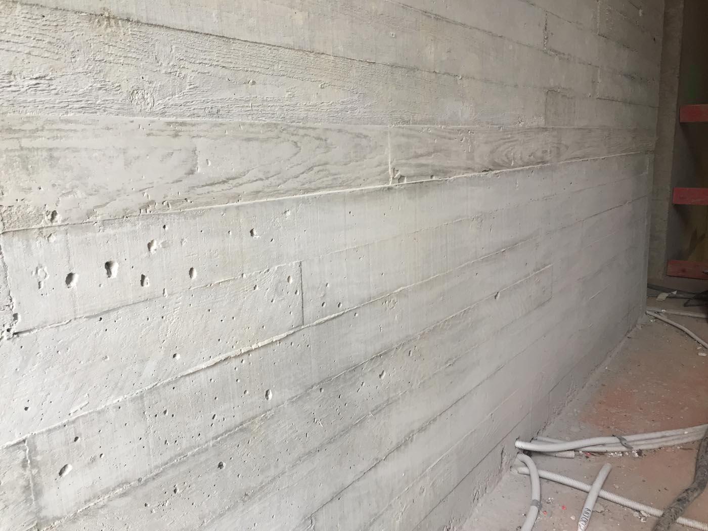 Nids d'abeilles à enlevés dans un mur en béton imitation bois